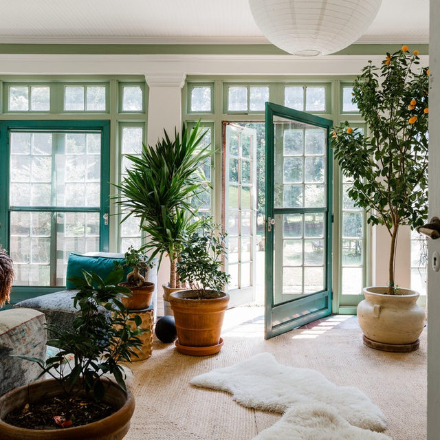 """When set designer and sculptor @mollygfindlay and her husband Everard first came upon their 1918 Italian Revival home, it had, """"broken windows, lots of dirt, peeling paint, overgrown grounds, a sad, despairing pool,"""" she recalls. """"It was a little Grey Gardens-ish, I guess."""" Now she says it still has that same spirit, but feels cared for and revitalized—and we can tell just from the pics 🌱 See for yourself 👉 link in bio 📸 by @maxb.photo"""
