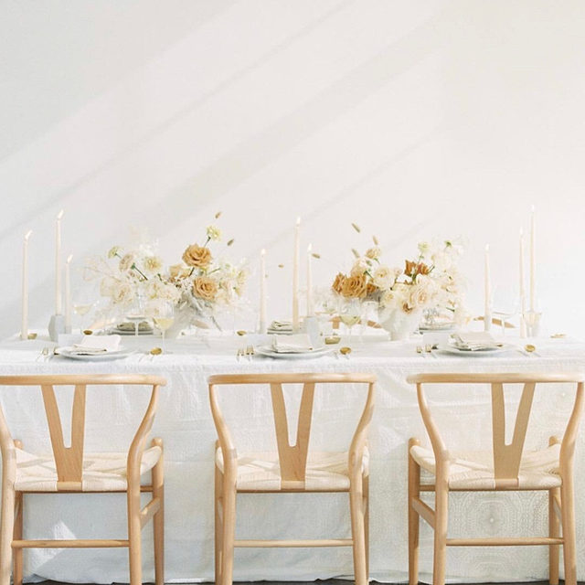 Perfectly swoon-worthy from @swoon_floraldesign⠀with our #adelaidelinen in Ivory 🍂🌼🌾Modern and romantic! 📷 @amandakphotoart #latavolalinen #transformyourtable #embroidery #embroideredtablecloth #whitewedding #wishbonechair #pdxwedding #pdxbride #pnwwedding #modernbride #portland #oregonwedding #neutralcolors