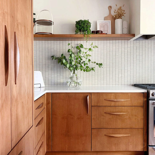 When renovating their kitchen, Tiffany and Nate Mueller of @hellorefuge splurged on cabinet hardware from @manzoni_hardware which was totally worth it, imho 🏆 Learn where they saved to stay on budget 👉 link in bio 📸 by hellorefuge ✍️ by @morganhannahg