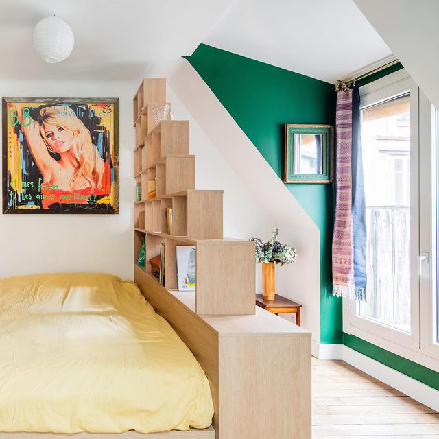 A teeeny Paris studio (less than 200 sq ft!) was transformed by @hoch_studio into a spirited abode for a young businesswoman 📚 See the before-and-after 👉 link in bio 📸 by @yohann_fontaine
