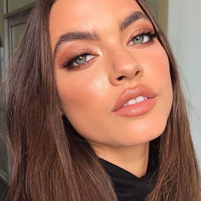 peach perfect 🍑 @leahbaines_mua combined @nudestix's Nudies Bloom in Sweet Peach Peony + @kevynaucoin's Glass Glow Face Highlight in Prism Rose for the perfect luminous flush - link in bio to shop