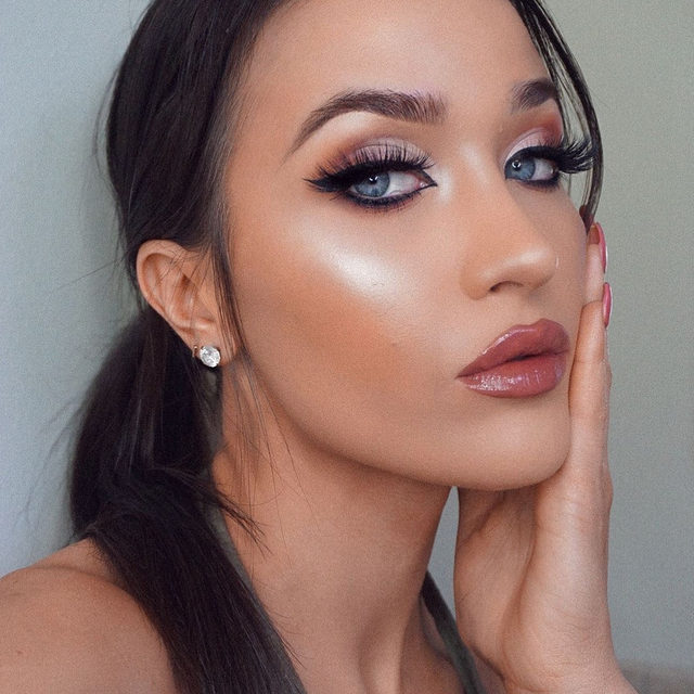 Night time looks with @makeupemalii ✨ Wearing our Baked Blush-n-Brighten.  Tap to shop! . . . #lauragellerbeauty #gellergorgeous #bakedblush #blushnbrighten #laurageller #makeupoftheday