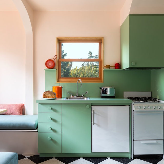 When @laurelconsuelobroughton purchased a 1930s L.A. duplex, she renovated the upstairs space to honor the building's past, with a contemporary twist. In the mini kitchen, custom mint-green cabinetry and classic black-and-white linoleum floors live alongside an airy, peach-hued dining area with built-in banquette seating, arched detailing, and modern lighting 💡 Get all the details 👉 link in bio 📸 by @laurejoliet ✍️ by @my_shokoko