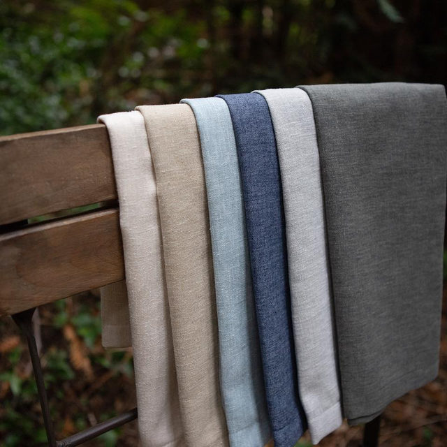 Our NEW #lukelinen comes in six earthy, subtle two-tone, chambray colors: Chalk, Natural, Sky, Indigo, Smoke and Charcoal. Available in full size linens, napkins and table runners. 🌿🌿 #latavolalinen #transformyourtable #chambray #napkins #tablecloth #tablerunner #earthtones #earthycolors #classicblue #santabarbara #santabarbarawedding
