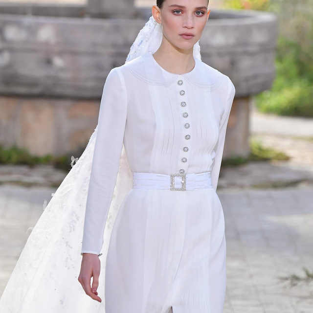 Back to simplicity: the @Chanelofficial Haute Couture Spring-Summer 2020 Bride imagined by Virginie Viard. See more about @RebeccaLongendyke's look in Stories and tap the link in bio to discover the full collection. #CHANELHauteCouture