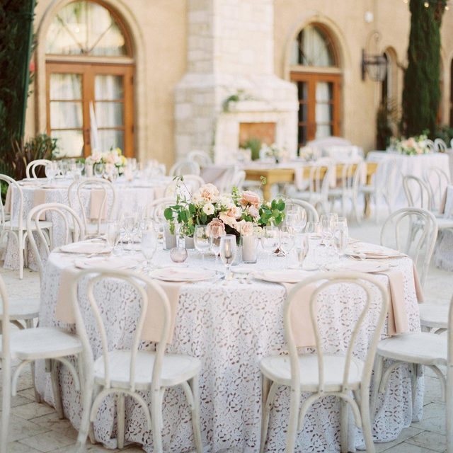😍😍😍 All the heart eyes for this lovely #wedding from @lovelyfest and @idlewildfloral with our #charlottelinen in White 📷 @katieshuler featured on @martha_weddings #latavolalinen #transformyourtable #santaynez #santaynezwedding #pasorobles #pasorobleswedding #santabarbara #spring #springwedding #winecountry #winery #luxurywedding