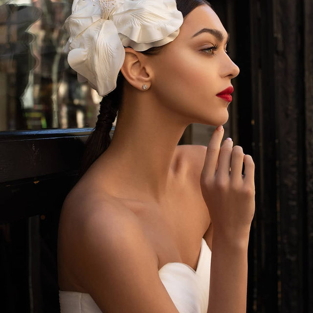 We just can't take our eyes off the Keki headpiece. More accessories to die for on the link in bio. #PronoviasTotalLook