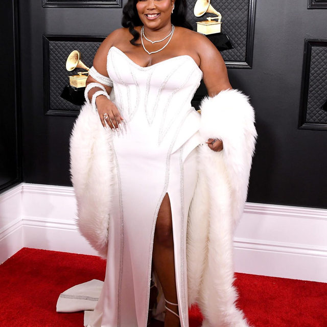 The lovely Lizzo has kicked things off on the #Grammys red carpet ❤️
