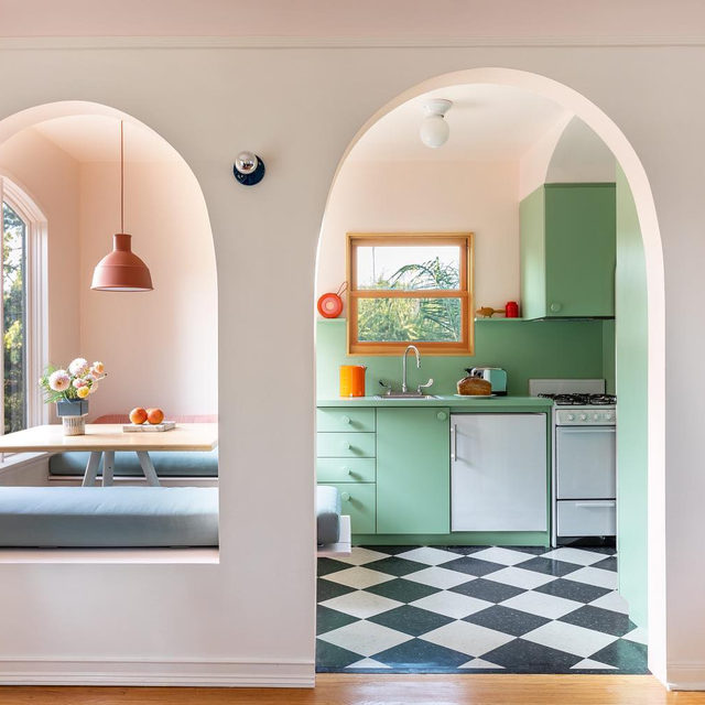 Fact: arches have way more impact than plain old rectangular doorways 👊 @laurelconsuelobroughton proves it in her LA duplex where she replaced the 🚪s with elegant 🧲s. See more 👉 link in bio 📸 by @laurejoliet ✍️ by @my_shokoko