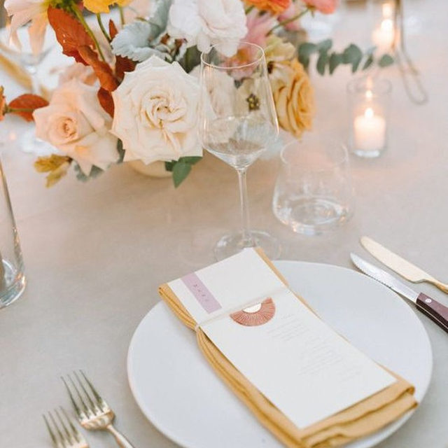All about those #goldentones from @wildskyevents and @clementine.botanical.art with our #vlevetlinen in Oatmeal with #tuscanylinen napkins in Mustard 💛🧡💛 #latavolalinen #transformyourtable #austin #austintx #austinwedding #texaswedding #colorfulwedding #brightcolors #livecolorfully #velvet #yellow #linennapkins