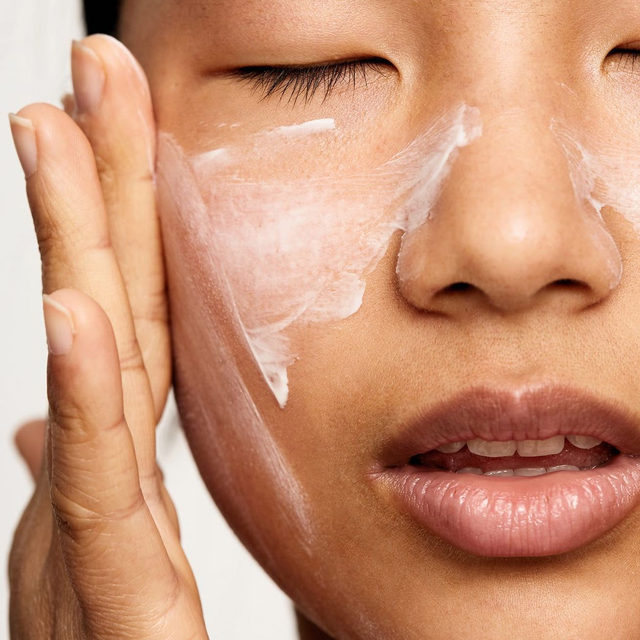 Let's talk skin moisturizer. How should we be layering it? Does it matter if I have oily skin? Is a serum enough or do I need more? New York dermatologist @drrobertanolik answered our Qs and gave us a clear breakdown based on skin type in our latest beauty edit––find the story by clicking the link in our bio.