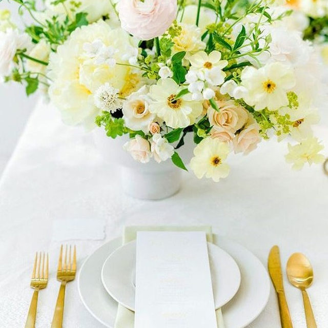 Is it Spring yet?? 🌿🌼Feelin' these bright colors with our #clairelinen in White and #nuovolinen napkins in Maize from @thewedproject and @carteblanchedesign 📷 @lesleybodwellphotography #latavolalinen #transformyourtable #spring #springwedding #brightcolors #whiteandyellow #scottsdale #scottsdalewedding #flowers #yellowflowers #quilted #quiltedtablecloth