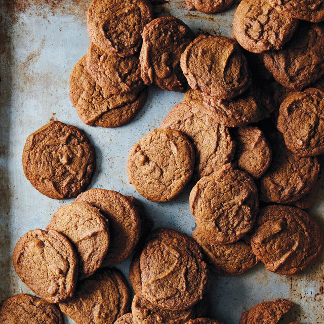 Recognize these cookies?! They're from our Genius Desserts cookbook (👋, @miglorious) and they're also one of five recipes from that cookbook to STAR in the Oscar nominated film Little Women (👋, @florencepugh, @lauradern, @tchalamet et. all). So, if you want to eat like one of the March sisters, head to the link in our bio for each of the recipes, including these chewy Molasses Cookies. 📸: @jamesransom_nyc