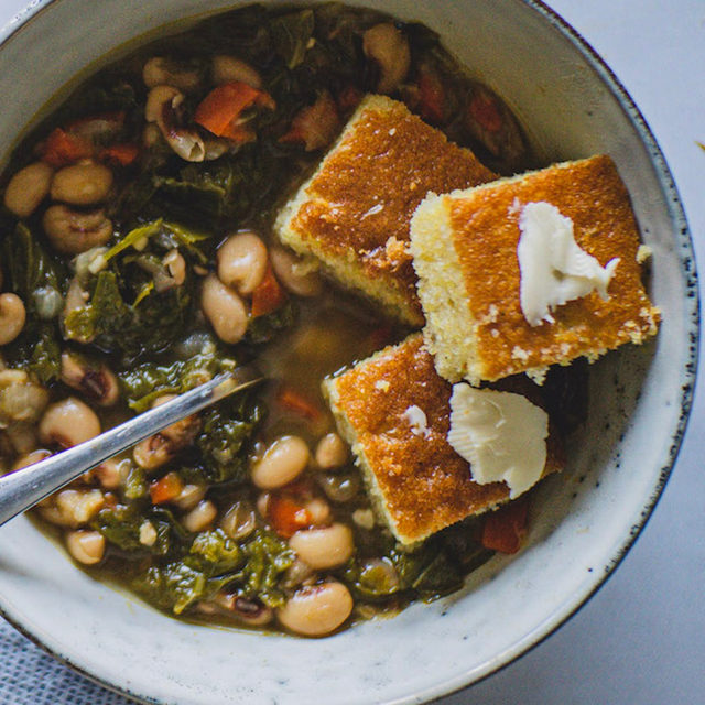 Served over rice as an entree or on its own as a side, these slow cooked black eyed peas & greens are tender and easy to make. The recipe comes to us via @baumassfoods, who's personal favorite way to eat them is to pair them with a side of cornbread. We'll be following her lead. Head to the link in our bio for the recipe and for 28 more vegetarian recipes from the #bhmpotluck curated by @meikoandthedish. #f52grams