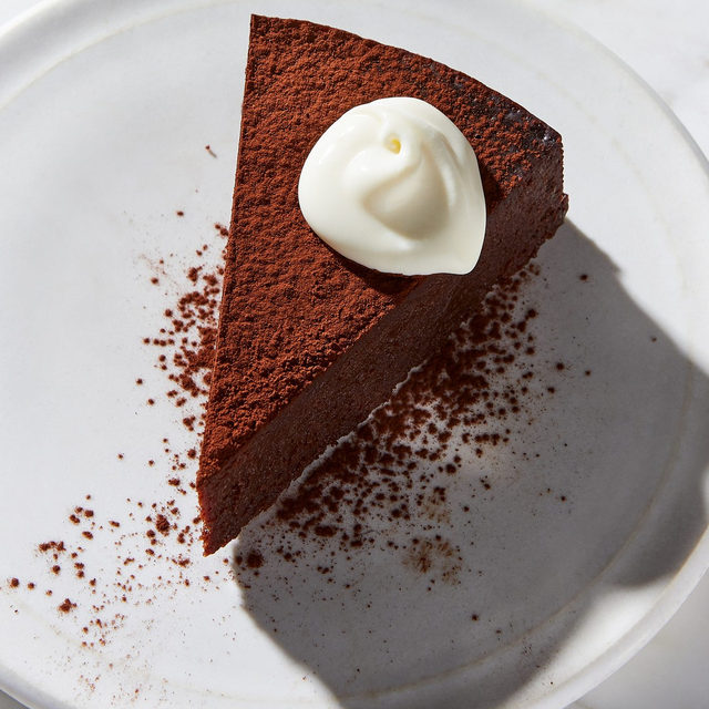 @jessiesheehanbakes' fudgy, flourless Instant Pot chocolate cake is destined to become your new fave. Here's why: it's gorgeous, silky, and easy as they come. All you need is one bowl, your Instant Pot, 20 minutes, and a craving for chocolate. P.S. A dollop of crème fraiche is the perfect finishing touch, though unsweetened whipped cream or even vanilla (or caramel!) ice cream would be awfully nice, too. Grab the recipe at the link in bio! 📸: @juliagartland