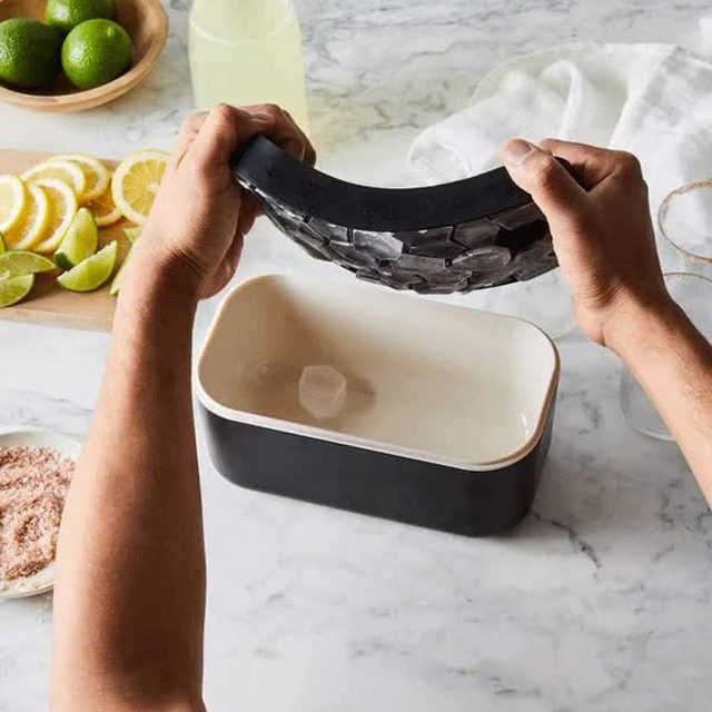 This ice box is a game-changer for your freezer. It'll make and store up to 132 ice cubes, easy, and then the lock tight lid ensures no unwanted odors get in, so your iced tea/coffee/cocktail will taste exactly how you intend it to. Oh, and its minimalist design means you can set it right on the table when it's sipping time. 🍹 Head to the link in bio to get yours! 📸: @rockyluten