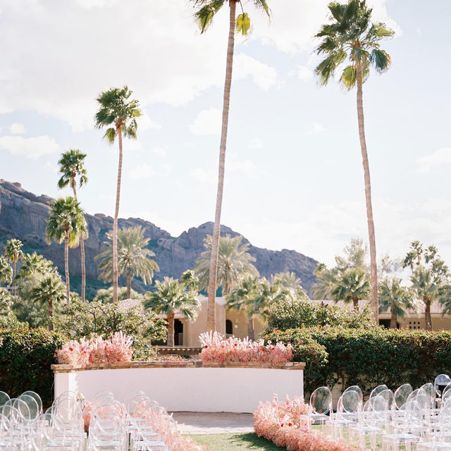 This wedding in Arizona was as modern as it gets. 🌴💕 The wedding flowers were dyed pink, the bride wore a crop top, they made balloons look chic, and they served In N Out. 🎀🍔 Head to the #linkinbio to be totally inspired! #WeddingOfTheDay | 📸: @meganrobinsonphoto 📋: @btseventmanagement 💐: @1209creative