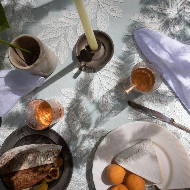 🌿🐋🍊🧀🍞🥂🍽️Our #georgialinen in Powder #latavolalinen #transformyourtable #latavola2020ss #fruitonthetable #impromptupicnic #cheers #embroidery #leafpattern #santacruz #alfresco #alfrescodining #undertheredwoodtrees