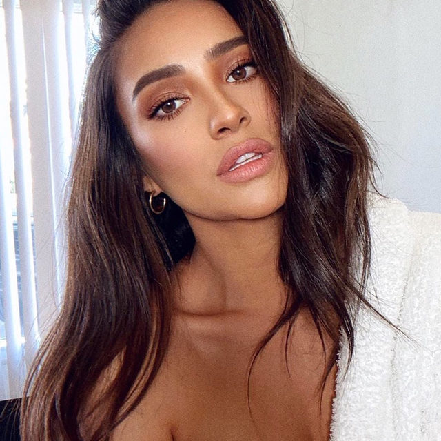 We love an eye makeup look that takes no time at all—who doesn't? Tap our link for 13 of the prettiest, easiest eye makeup ideas that can actually be done in five minutes or less. photos: @shaymitchell, @aysha.sow, @sivanayla