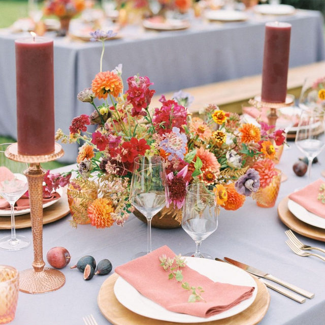 Killer colors 💕🦄🧡🍇 Such a swoon-worthy #tabletop from @greenwoodevents with our #tuscanylinen in Lilac with Saffron napkins 📷 and workshop host @orangephotographie #latavolalinen #transformyourtable #color #colors #brightcolors #livecolorfully #orangeandpurple #ourdoorwedding #montanawedding #bozeman #montana #linen #linenlife #linentablecloth #linennapkins #themontanaworkshop