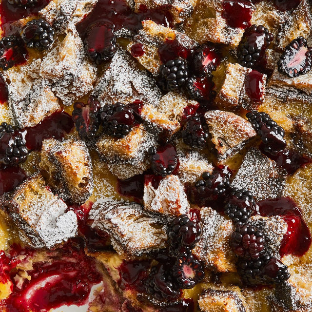 Is there anything better than a messy chocolate dessert you can prep, bake, and eat within the hour? Senior Editor @ericjoonho's Nutella Bread Pudding is just the ticket. Juicy blackberries are a welcome contrast against the sweet pudding base, as is the coulis (a thin sauce made from some of the strained fruit). Recipe at the link in bio. 📸: @rockyluten