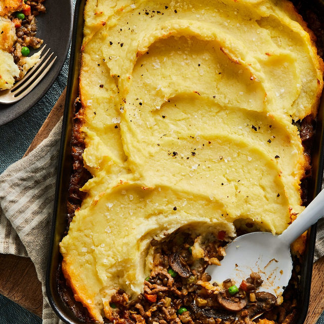 @ruhbekuhlee's version of shepherd's pie takes the things we love - fluffy mashed potato crust, savory comfort food filling - and adds a few twists. Start with adding parsnips to your potato mash for some much-needed sweetness. And then, while you're at it, swap out half the ground meat for tender French green lentils, and you're in texture heaven. We're not calling it our Best Shepherd's Pie for nothing. Recipe via the link in bio. 📸: @rockyluten
