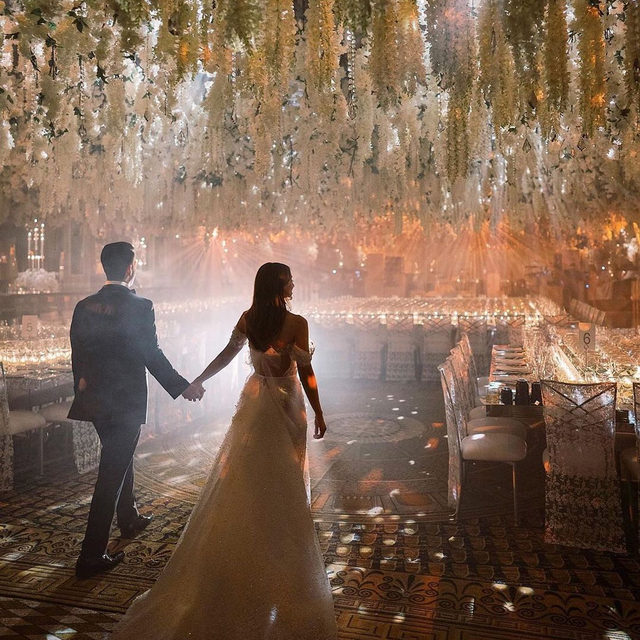 This is just like walking into a dream... ☁️☁️ Head to the #linkinbio for 24 pictures that prove flower chandeliers are the wedding trend that's here to stay. 🌼| 📸: @fredmarcusstudio 📋: @normacohenproductions 💐: @KonstantinosFloralDesign 👰🏻: @stephanie_fishman