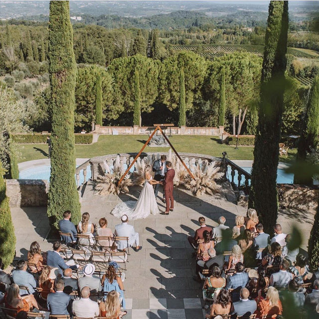Counting down the days until it's outdoor wedding szn. 🌞 Head to the #linkinbio for 19 of our favorite outdoor wedding details! 🌴 | 📸: @hanrihumanweddings⁠ 📋⁠: @weddingsintuscany⁠ 💐: @fluidadesign⁠ 👰🏼: @dpavlov8 🤵🏻: @fletchesq