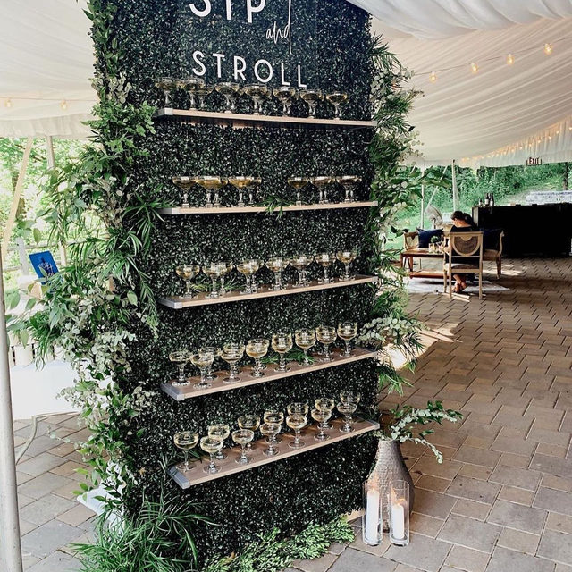 A wedding that welcomes you with a champagne wall is our kind of wedding. 🥂 Head to the #linkinbio for 18 more creative ideas for your 2020 party! | #regram: @house_of_catherine