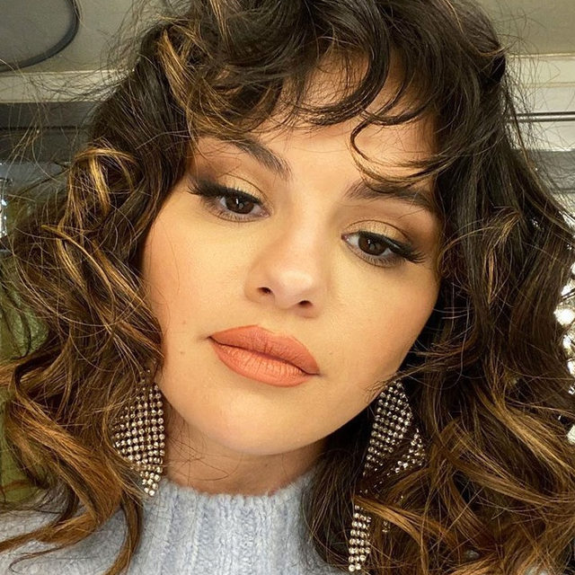 """Selena Gomez just debuted """"The Rachel"""" haircut—and now I'm ready to cut my hair, too. Tap the link in bio for some serious hairspo. photo: @selenagomez"""
