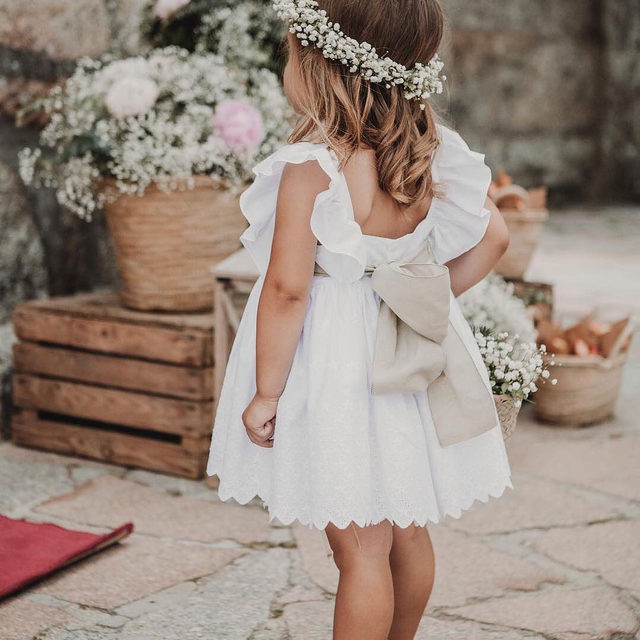 Oh, just the cutest flower child ever. 🌸 Head to the #linkinbio for 25 pretty ways to style your littlest guest for her walk down the aisle! 🎀 | 📸: @fluxus_photography 💐: @floreartestore