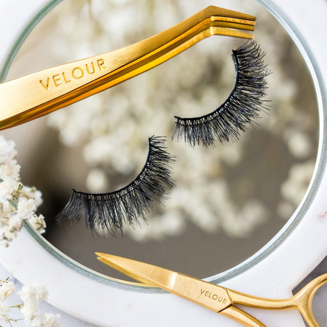 What's easier than applying a pair of Caption This from our #LOTD collection? Applying them with our Too Easy Lash Applicator 😘💕 Get the perfect lash application every time:  𝗦𝘁𝗲𝗽 𝟭: 𝗥𝗲𝗺𝗼𝘃𝗲 𝗳𝗿𝗼𝗺 𝗧𝗿𝗮𝘆 ✨ Gently remove the false lashes from the tray using our Too Easy Lash Applicator from the outer corner.  𝗦𝘁𝗲𝗽 𝟮: 𝗠𝗲𝗮𝘀𝘂𝗿𝗲 𝘁𝗼 𝗙𝗶𝘁 📏 Place false lashes against your eyelid to measure the fit of your natural lash line length.  𝗦𝘁𝗲𝗽 𝟯: 𝗧𝗿𝗶𝗺 𝘁𝗼 𝗦𝗶𝘇𝗲 ✂️ Trim off the excess lash band from the outer corner using our Too Sharp Lash Scissors. Repeat step 2 & 3 if necessary.  𝗦𝘁𝗲𝗽 𝟰: 𝗔𝗽𝗽𝗹𝘆 𝗟𝗮𝘀𝗵 𝗔𝗱𝗵𝗲𝘀𝗶𝘃𝗲 👌 Apply a thin layer of our Latex-Free lash adhesive using the brush tip and wait 20-30 seconds for it to become tacky.  𝗦𝘁𝗲𝗽 𝟱: 𝗔𝗽𝗽𝗹𝘆 𝗩𝗲𝗹𝗼𝘂𝗿 𝗟𝗮𝘀𝗵𝗲𝘀 😍 Apply false lashes with our Too Easy Lash Applicator, placing the band on the centre of your lash line first, then adjusting the inner and outer corner into place. ⭐ Click the link in our bio to shop ⭐  #VelourBeauty #VelourLashes #LOTD #LiveInLashes #VelourxSephora
