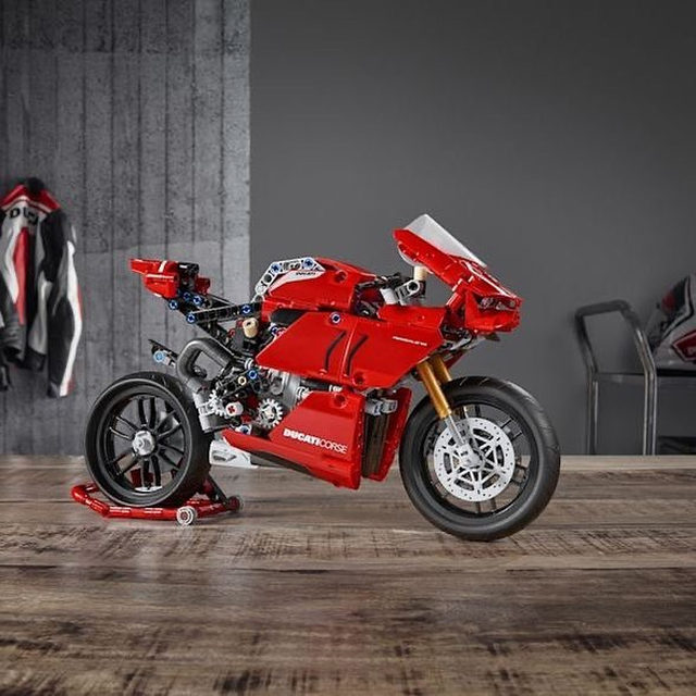 @LEGO made a Ducati Panigale V4 R set with a functional transmission. 🔗 Tap the link in our bio to learn more! 🚨 And don't forget this is your last week to build something useful out of #LEGO and have it featured in our next print issue 🤩 Just tag your creations with #popmechprochallenge