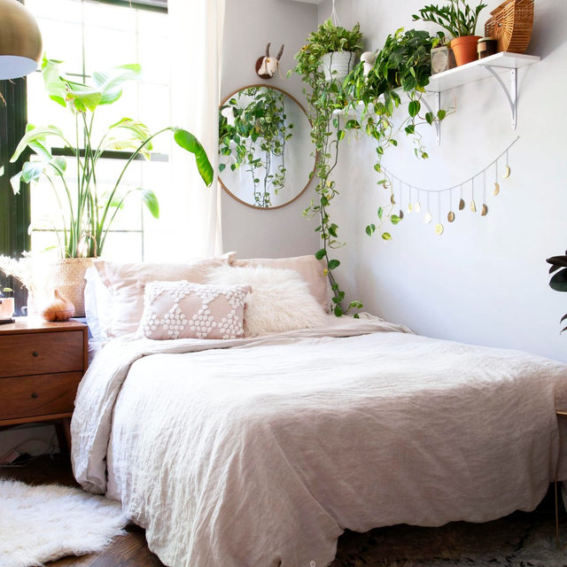 If your bed is in front of a window, use the side wall for your above-the-bed decor, like @jnaydaily's cute plant shelf 😍 Head to the link in our bio to take a tour of Janea's previous NYC apartment, and see her new chic LA space over at @jnaydaily!