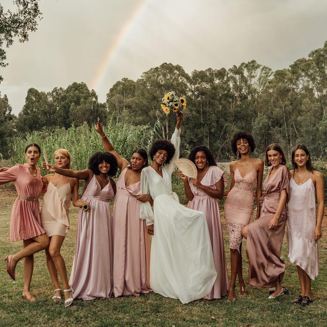 If you're looking for wedding inspo, stop right here because this is the late-summer boho wedding of our dreams! Think: sunflowers, baby's breath, parasols, colorful rugs and sooo many more pretty details. 🌈 Head to the #linkinbio to see the wedding magic for yourself! #BridesRealWeddings | 📸: @alex.tome 📋 & 💐: @vowsportugal