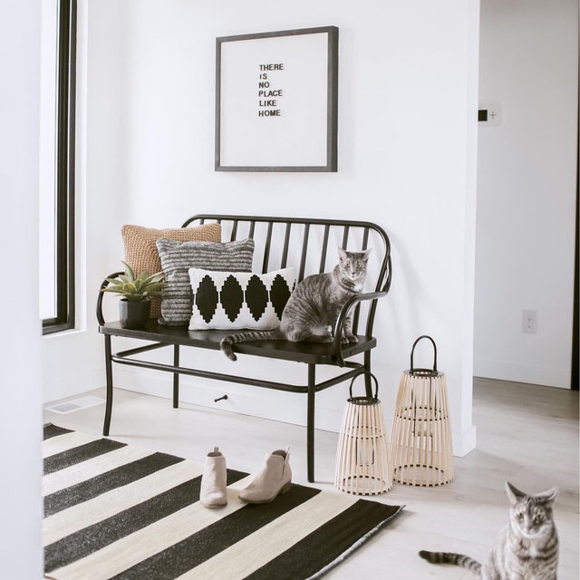 Define your entryway with a small area rug, a bench, and some artwork. (📷 submitted by @ceciliamoyer)