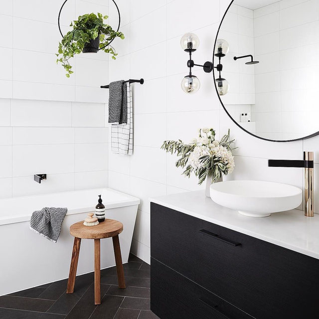 Going for a pared back, minimalist vibe? Use a simple black and white color palette. (submitted by @the.home.files, 📷:@annetteobrien, styling:@alanalangan)