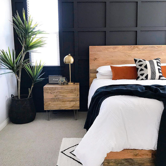 Black may not be the first color you think of for bedroom walls, but it can evoke a feeling of sophistication and coziness while providing the perfect backdrop for the rest of your decor. (📷 submitted by @houseofhanesinteriors)