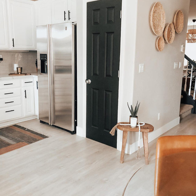 Even one change, like painting a pantry door, can completely makeover the vibe of your space. Have you made any decor changes since quarantine? (📷 submitted by @linseywoods.home)
