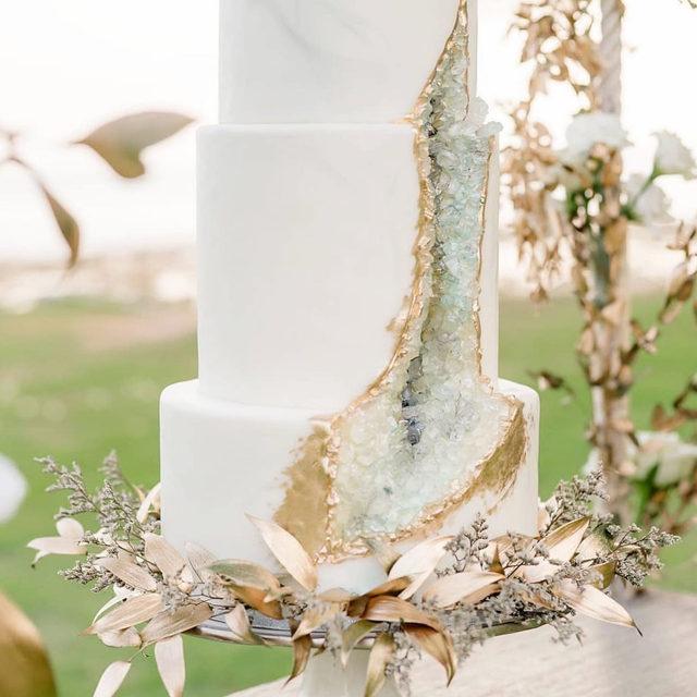 A #cake that's almost too pretty to eat! 😍✨ WOW! ✨ . . . #morilee @madelinegardner #madelinegardner #chic #designerweddingdresses #weddingdesigner #bridal #bridalgown #instawed #weddingseason #realweddings #weddedbliss #weddingshoot #bride2019 #realbride #sayyestothedress #isaidyes #bride2be #pride #love #bridalgowns #bridalgown #modernbride #loveislove #dresscometrue #2020wedding #romantic #brides