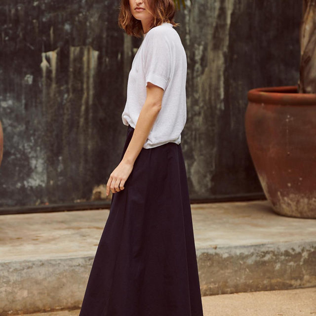 Our go-to skirt this season is perfect for changing it up on the weekends. It's made of poplin— a lightweight, tightly woven cotton, with a touch of stretch for just the right amount of movement.