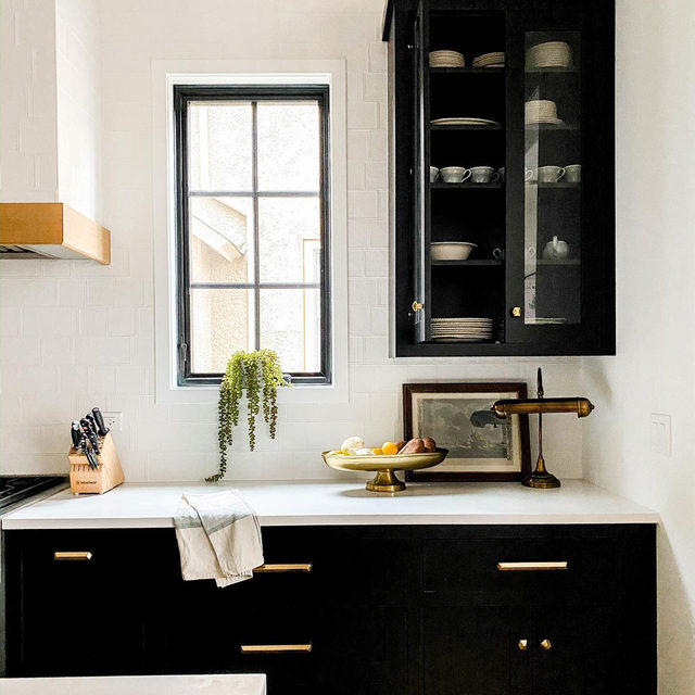 Black kitchen cabinets + gold hardware 😍(📷 submitted by @thefoxfamilyden)