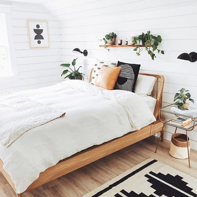 We love a simple bedroom design that focuses on the details, like this beautiful space by @amandajanefranz 🤩