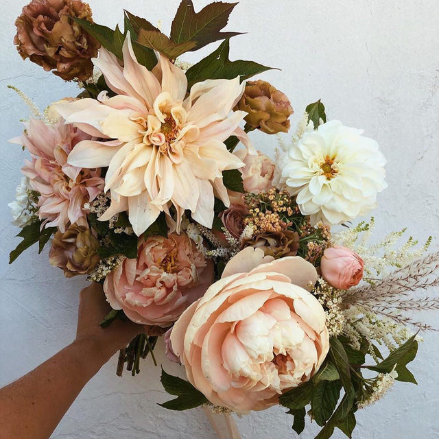 The perfect late summer bouquet. 🌞 With fall just around the corner, we rounded up 47 modern wedding flowers that  would look so good at your seasonal party—no matter where it is! Head to the #linkinbio to see them all. // 📸 + 💐: @bestdayeverfloraldesign
