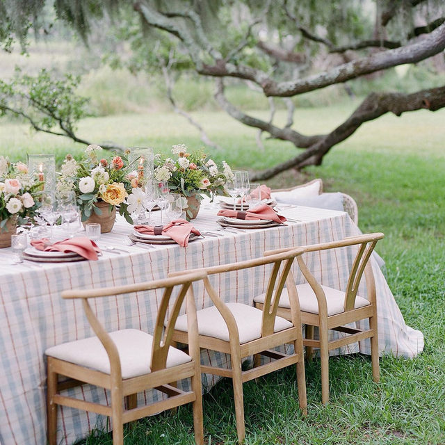 Elevated dining with @merethughes @candice__lorraine @vero.designs and our #voyagerlinen in Patina 🐋🌾🍁Photography @marnipictures  #latavolalinen #transformyourtable #plaid #alfresco #dinnerparty #alfrescodining #eatwithyoureyes #lowcountrydining #kiawahriver #charleston #charlestonsc #southcarolina #aroundthetable #tablescape