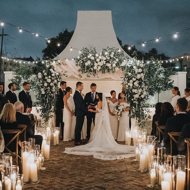 PSA: don't stop planning your big fat dream wedding! 👏 And if you need a little help, just head to the #linkinbio because this cozy winter party in New Orleans is bound to leave you feeling inspired! 🌟 #BridesRealWeddings // 📸: @loveisradco 📋: @elysejenningsweddings 💐: @bellabloomsfloral