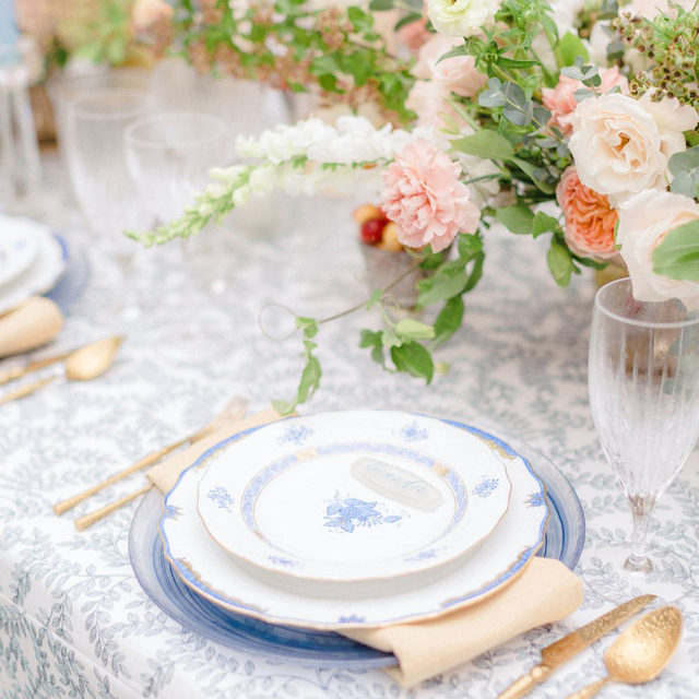 🌿🌿🌿 Lovely combination of our #luisalinen in Navy and #tuscanylinen napkins in Maize from @afoxevent @lizcolecarbone @lindsaymerhege @laurenfoxpettit and @juniperjasminedesigns 📷 @clayaustin  #latavolalinen #transformyourtable #charlestonwedding  #latavola2020ss #southcarolina  #lowcountrybride #southerncharm  #bestdayever  #southernwedding #destinationwedding #charlestonsc  #charlestonbride  #charlestonweddings #somethingblue #tabletop