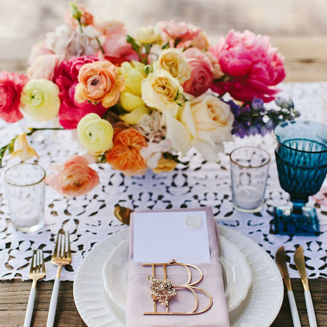 Our #charlottelinen Table Runner in White looking stunning thanks to @moanabelleevents and @mandygracedesigns 🌸🌼🌷🏵️ Photography @melialucida  #latavolalinen #transformyourtable #tablerunner #lacetablerunner #woodtable #farmtable #livecolorfully #brightcolors #colorfulwedding #mauiwedding #destinationwedding #maui #hawaii #hawaiiwedding #itsallinthedetails