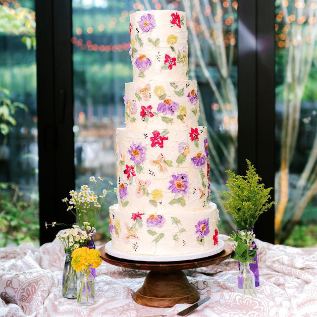 This 😍😍😍 Can't get enough of this wildflower cake with our #livlinen in Taupe! Planning & Design @afoxevent Florals @poppycustomfloral Photography @perryvaile   #latavolalinen #transformyouratble #caketable #weddingacke #wildflowers #wildflower #flowercake #embroidery #weddingdetails #weddingdecor #weddingdesign #northcarolina #northcarolinawedding #highlandsnc