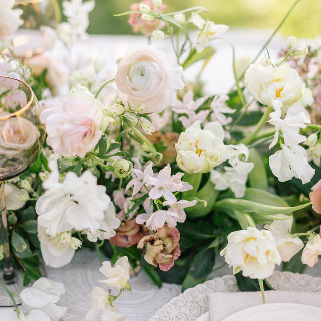 Loving these delicate flowers with our #trouseaulinen 🌿🤍🌸 Texture heaven!  Planning & Design @amoretteevents Florals @mulberryandmoss Photography @nvysotskaya_photography Workshop Host @savanphotography  #latavolalinen #transformyourtable #flowers #flowerstagram #softcolors #texture #soloverly #carmelvalley #carmelbythesea #california #californiawedding #californiabride #weddinginspo